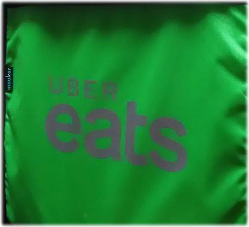 ウーバーイーツの緑のロゴ入りバッグ